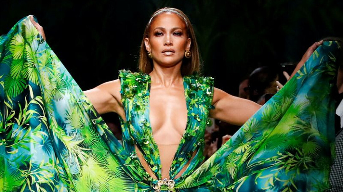 Η Jennifer Lopez αποδεικνύει πως τα 50 είναι τα νέα 30