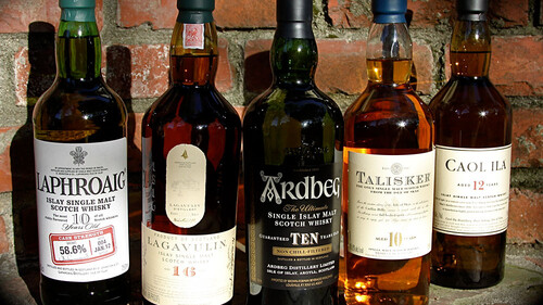 Πώς προκύπτει το καπνιστό whisky που τόσο πολύ αγαπάς