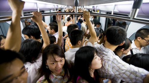 Στην Κίνα θα απαγορέψουν το φαγητό και το ποτό στο μετρό λες και μπορούσες να φας ή να πιείς