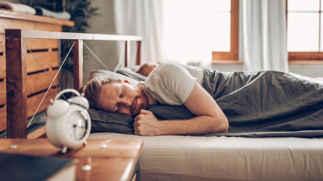 Πώς να καταφέρεις επιτέλους να ξυπνάς νωρίς χωρίς να γίνεσαι ζόμπι