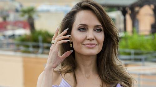 Η Angelina Jolie άφησε το μελαχρινό κι έγινε η πιο sexy ξανθιά που έχεις δει