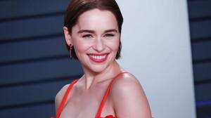 Η Emilia Clarke προβάρει το σμόκιν του 007