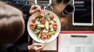 Millennials: Η Γενιά που διαμορφώνει το φαγητό που τρώμε