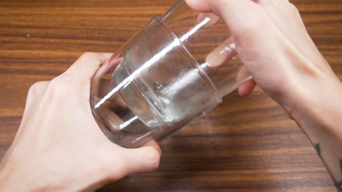Πώς να ξεκολλήσετε δύο γυάλινα ποτήρια