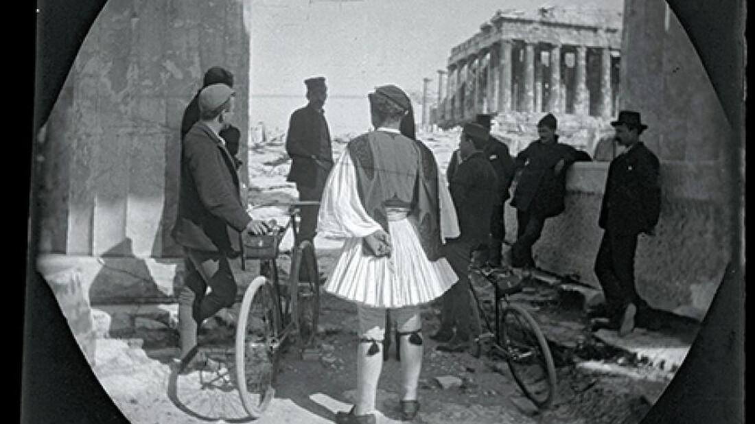 Πώς είναι να γυρίζεις τη στολισμένη Αθήνα με ποδήλατο