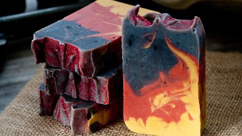 Το σαπούνι που δεν υπακούει σε νόμους μυρίζει ουίσκι και μπαρούτι