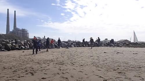 Σοκ σε παραλία - Η θάλασσα ξέβρασε εκατομμύρια... «φαλλούς» (pics+vid)