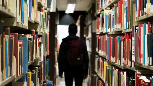 Σάλος: Αυτό είναι το ζευγάρι που γύριζε πορνό μέσα σε δημόσια βιβλιοθήκη