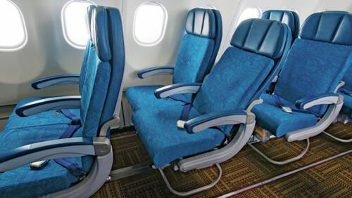 Απορία: Τελικά είναι σωστό να ξαπλώνεις στο αεροπλάνο;