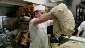 Πνύκα: Ο φούρνος στην καρδιά των Εξαρχείων με το νοστιμότερο ψωμί στην Αθήνα