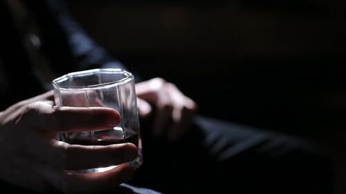 Το να πίνεις ποτό στο σπίτι ήταν πάντοτε cool