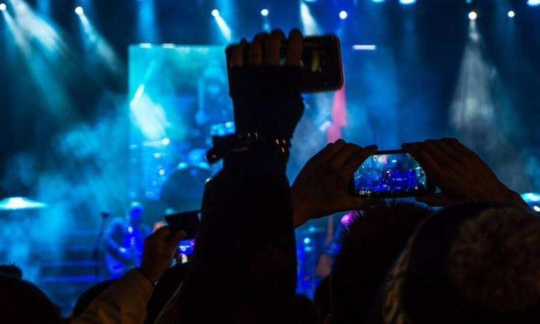 Πέθανε διάσημος τραγουδιστής λόγω κορονοϊού (pics)