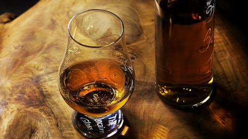 Τα 12 καλύτερα ποτήρια για ουίσκι που θα βρεις εκεί έξω