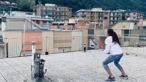 Τρομερό! Δύο τενίστριες κάνουν προπόνηση από τις... ταράτσες τους! (video)