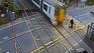 Εικόνες σοκ - Άνδρας περνάει τις γραμμές όταν πλησιάζει τρένο - Δεν υπάρχει η συνέχεια (video)