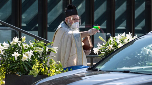 Απίστευτο: Ιερέας ψεκάζει αγιασμό τους πιστούς λόγω κορονοϊού