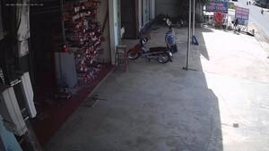 Βγήκε από το γκαράζ - Δευτερόλεπτα μετά συνέβη κάτι απίστευτο! (video)
