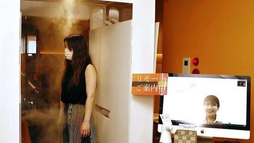 Παμπ ψεκάζει τους πελάτες πριν μπουν (photos+video)