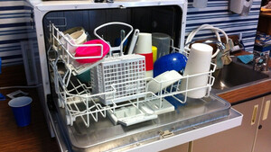Μυρίζει άσχημα το πλυντήριο πιάτων; Έτσι θα διώξετε τη μυρωδιά με υλικό από το ψυγείο (photos)