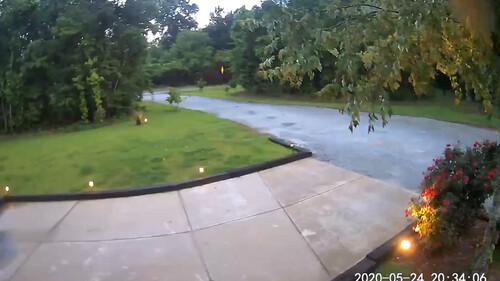Κοίταξαν την κάμερα ασφαλείας - «Πάγωσαν» μ' αυτό που είδαν (video)