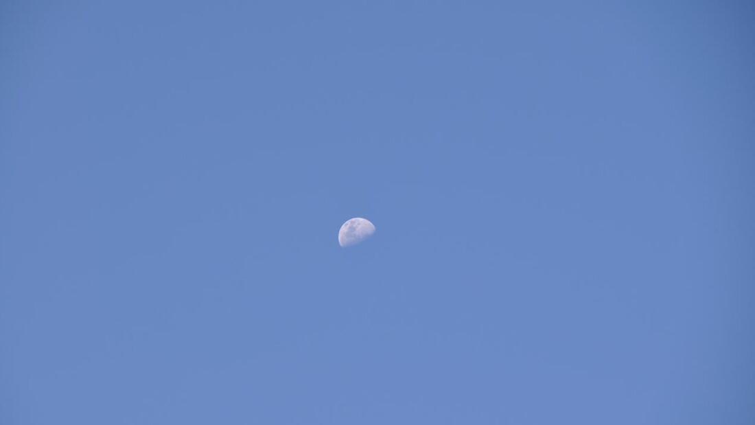 Γιατί κάποιες φορές βλέπουμε το φεγγάρι και την ημέρα;