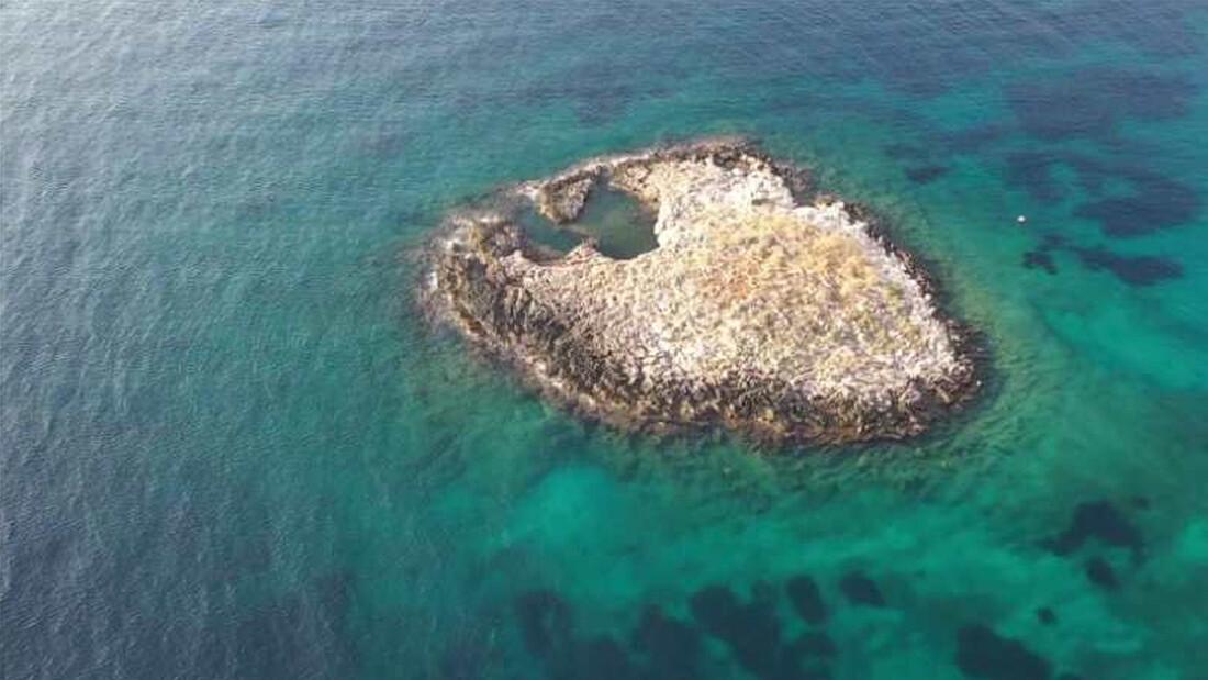 Ένα ιστορικό νησάκι-μύθος μόλις 100 μέτρα από την Αττική