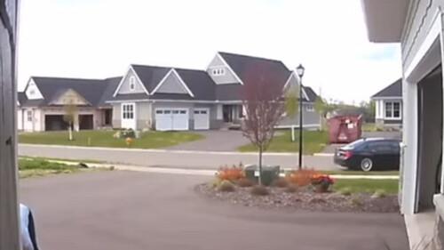 Έκανε όπισθεν με το αμάξι του - Αυτό που ακολούθησε δεν υπάρχει (video)