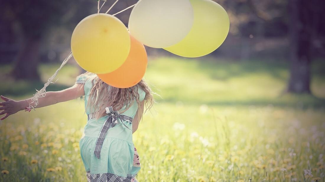 Βάζει λεμόνι πάνω σε μπαλόνι - Μόλις δείτε γιατί θα το κάνετε κι εσείς (video)