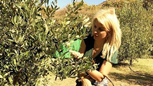Ελένη Μενεγάκη: Αγρότισσα στην Άνδρο! Το μαγικό μποστάνι της στο νησί