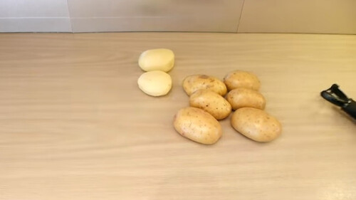 Καθαρίστε τις πατάτες σας χωρίς καθόλου κόπο - Τρομερό κόλπο (video)