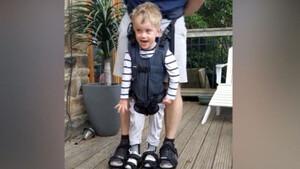 Αγόρι 4 ετών κάνει τα πρώτα του βήματα - Συγκινητική η αντίδρασή του (video)