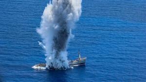 Υποβρύχιο βυθίζει πλοίο στο Αιγαίο - Συγκλονιστικές εικόνες