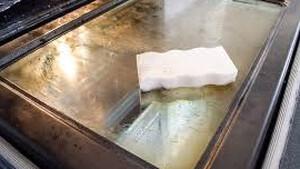 Αυτός είναι ο τρόπος να καθαρίσεις το τζάμι του φούρνου σου