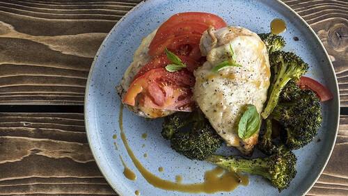 Άκης Πετρετζίκης: Κοτόπουλο καπρέζε με μπρόκολο