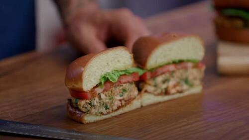 Άκης Πετρετζίκης: Burger σολομού