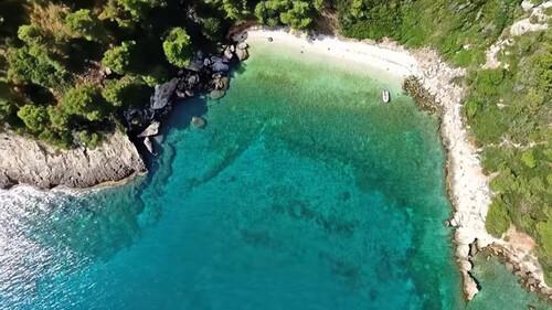 Αυτή είναι η κρυφή παραλία - διαμάντι της Αττικής με το μαγικό τοπίο (video)