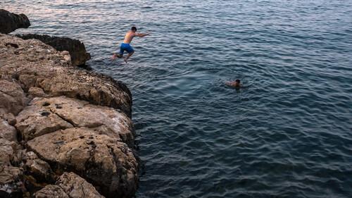 Το φετινό καλοκαίρι μένουμε Ελλάδα και απολαμβάνουμε τον τόπο μας, όπως μόνο τα λοκάλια ξέρουν