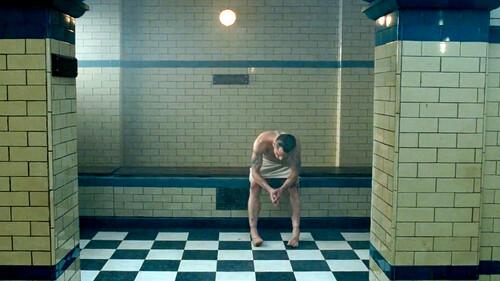 Το καυτό ντουζ το καλοκαίρι δεν σε κάνει λιγότερο άνδρα