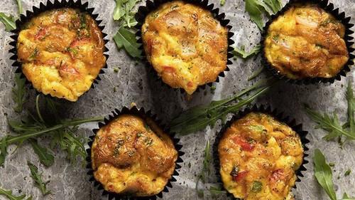 Λαχταριστά muffins ομελέτας από τον Άκη Πετρετζίκη