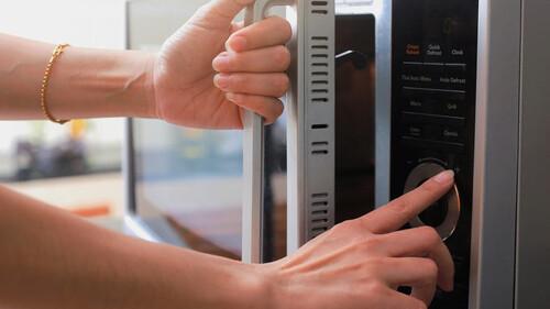 Τα τρόφιμα που απαγορεύεται να βάλετε στον φούρνο μικροκυμάτων