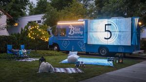 Αυτό είναι το μαγικό φορτηγό που σερβίρει φαγητό και ταινίες
