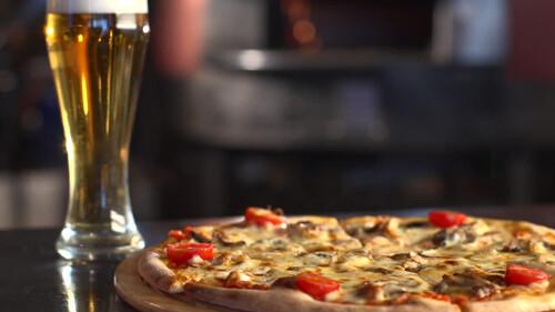 Μπίρα και Πίτσα: Ένας συνδυασμός που «ομορφαίνει» την αντροπαρέα