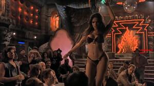 Πώς νιώθει ο μέσος άντρας τώρα που τα strip clubs θα ανοίγουν νωρίτερα;