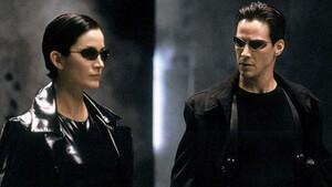 Αναρωτήθηκες ποτέ γιατί στο Matrix φοράνε γυαλιά ηλίου ακόμα και τη νύχτα;