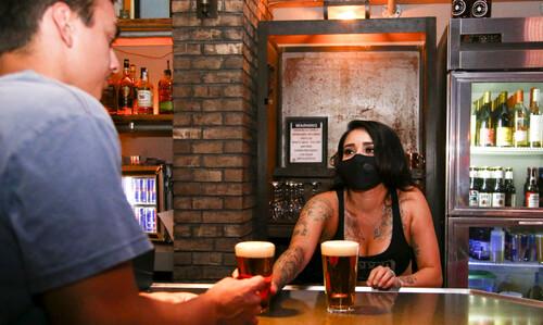 Γιατί η πανδημία μας κάνει να πίνουμε περισσότερο