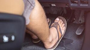 Τελικά τι ισχύει για την οδήγηση με σαγιονάρες;