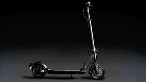 Το Mercedes-Benz eScooter γκαζώνει οικολογικά μέσα στην πόλη