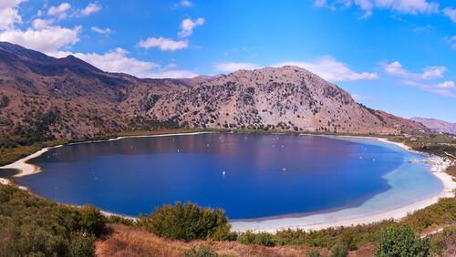 Η λίμνη Κουρνά είναι ένα πραγματικό πανόραμα των αισθήσεων