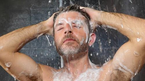 Πότε είναι σωστό να κάνουμε ντουζ; Το πρωί ή το βράδυ;