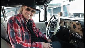 O Neil Young διαλέγει μόνο αυτοκίνητα με crazy horse power